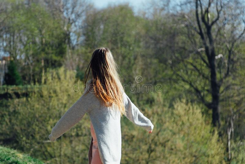 H?rlig ung kvinna utomhus tyck om naturen royaltyfria bilder