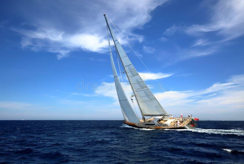 H?RLIG yacht p? full spead som utbildar f?r det oidentifierade laget f?r fartyglopp arkivbild