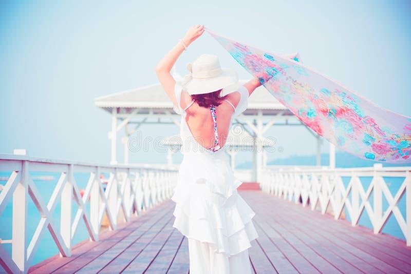 H?rliga asiatiska kvinnor reser p? stranden p? sommar arkivfoto