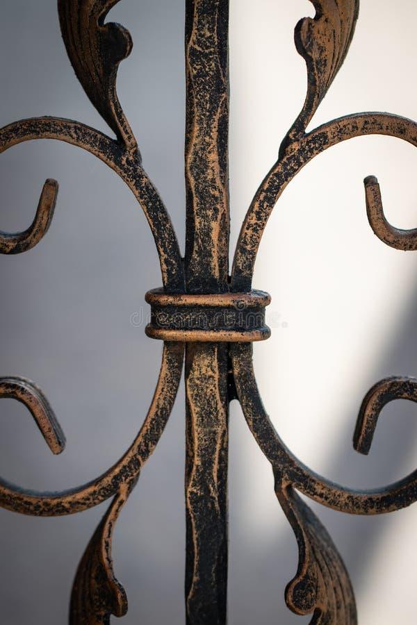 H?rliga dekorativa f?rfalskade smidesj?rnportar f?r metall best?ndsdelar royaltyfria foton