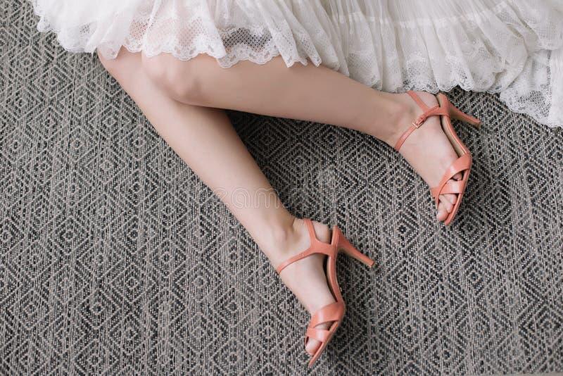 H?rliga kvinnaben i skor f?r h?g h?l kl?nningen shoes br?llop Morgon av bruden fotografering för bildbyråer