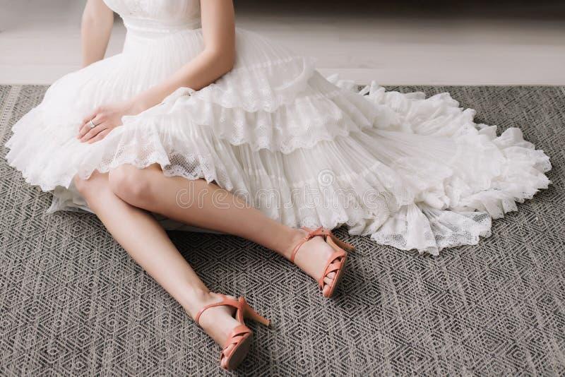 H?rliga kvinnaben i skor f?r h?g h?l kl?nningen shoes br?llop Morgon av bruden royaltyfri fotografi
