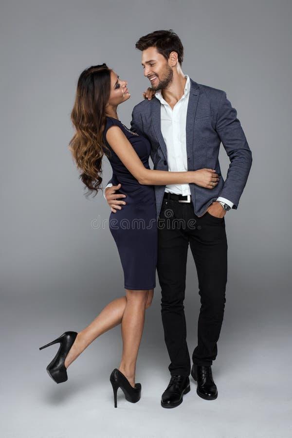 H?rliga lyckliga par som trycker sig p? royaltyfria bilder