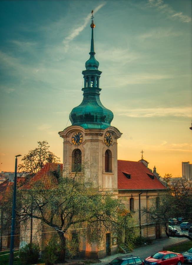 H?rliga tak f?r Prague solnedg?ng p? sommar royaltyfri bild