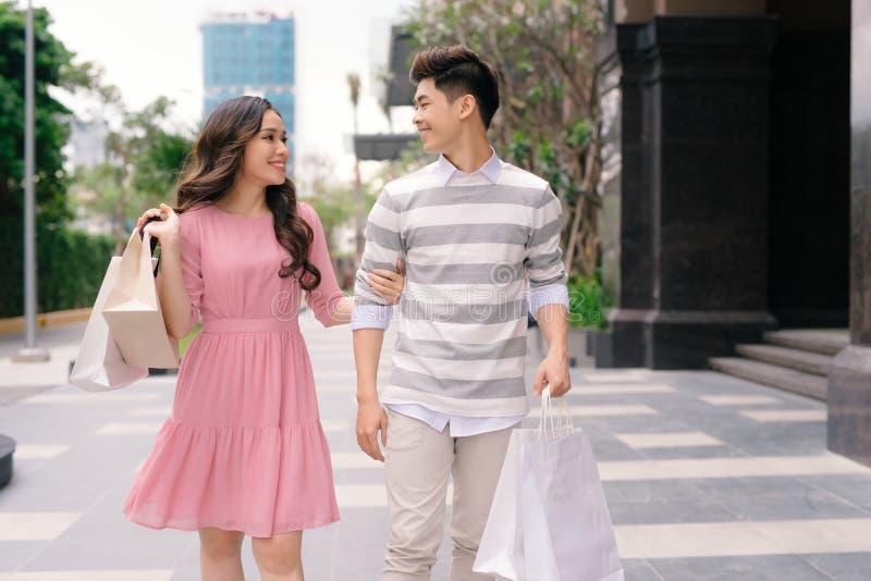 H?rliga unga par som tillsammans tycker om i shopping och att ha gyckel royaltyfria foton