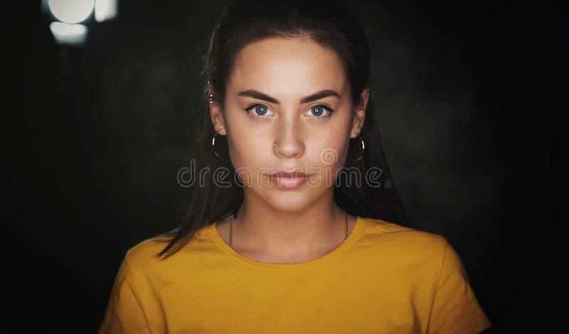 h?rligt barn f?r brunettst?endekvinna arkivbild
