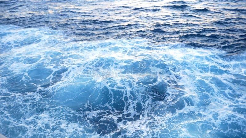 H?rligt bl?tt vatten av havet av yachten materiel Sikt fr?n d?cket av yachten p? det bl?a havsvattnet royaltyfri bild