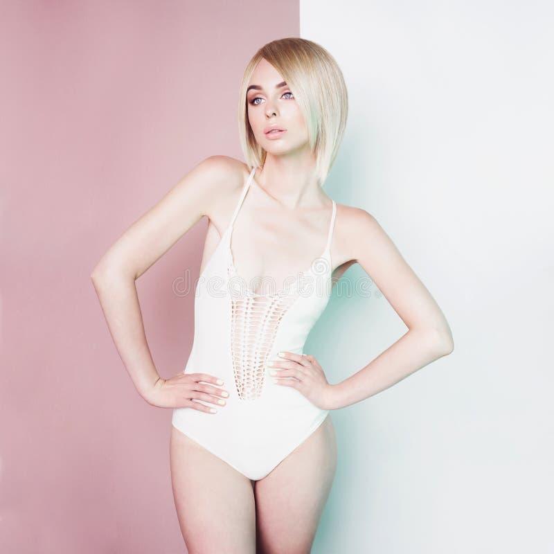 h?rligt blont sexigt Sinnlig stilfull kvinna i den vita bikinin arkivfoto