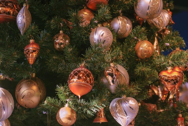 H?rligt dekorerat jultr?d med garneringbollen f?r guld- och vit jul arkivfoton