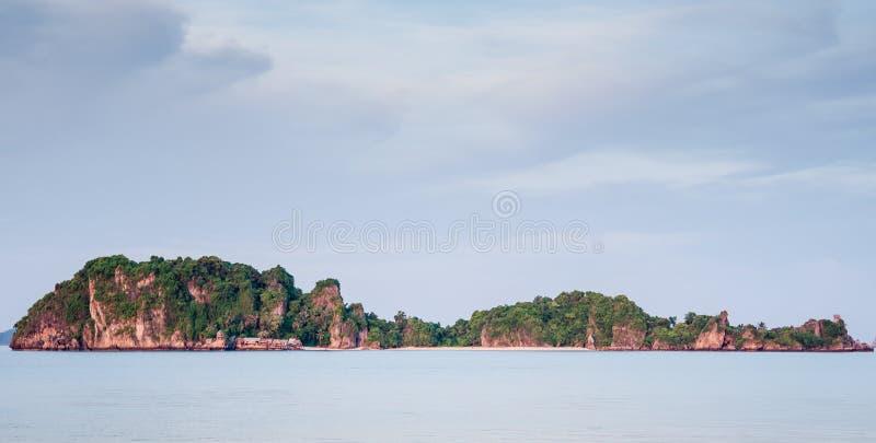 H?rligt havslandskaphav i Thailand med bl? himmel royaltyfri foto