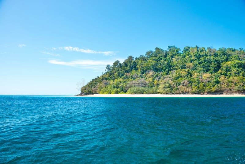 H?rligt landskap av det bl?a havet och den tropiska ?n royaltyfri fotografi