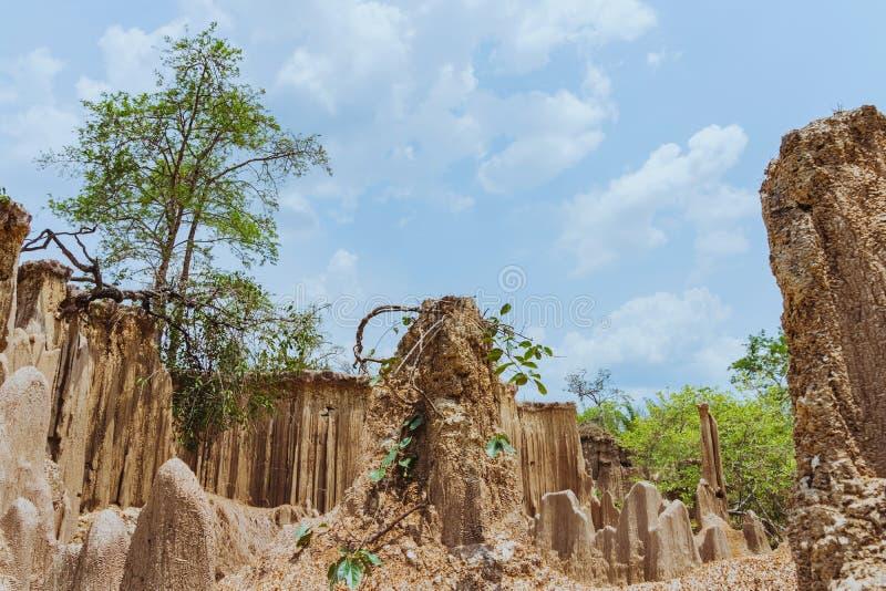 H?rligt landskap av vattenfl?den till och med jordningen har erosion och kollapsen av jorden in i ett naturligt lager p? Pong Yub royaltyfri foto
