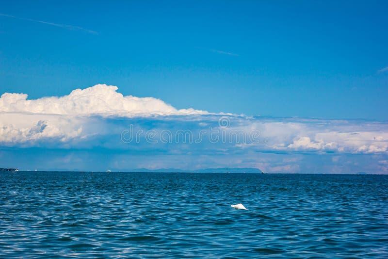 H?rligt landskap ett blått hav med en utmärkt himmel, en bakgrund som gör dig att önska att gå till havet Jesolo stränder royaltyfri fotografi