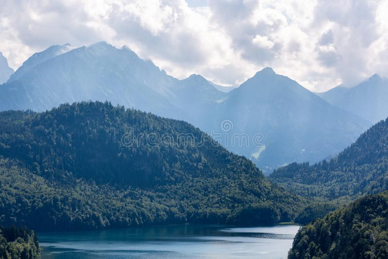 H?rligt landskap med berg och sj?n i Tyskland arkivfoto