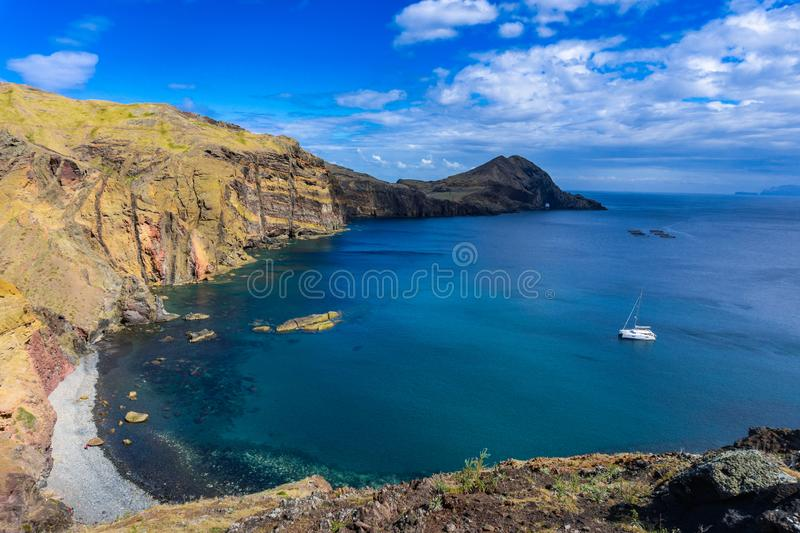 H?rligt landskap p? norrkusten av Ponta de Sao Lourenco, madeira? arkivbild