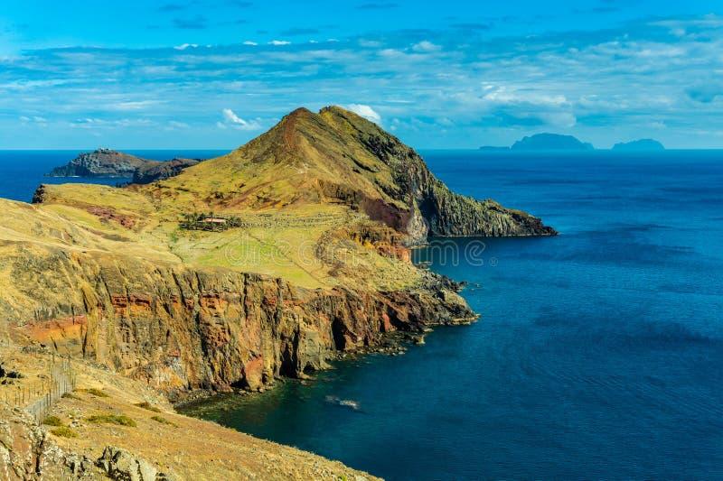 H?rligt landskap p? norrkusten av Ponta de Sao Lourenco, madeira? arkivbilder