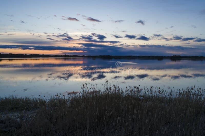 H?rligt natur- och landskapfoto av solnedg?ngen i Katrineholm Sverige royaltyfria foton