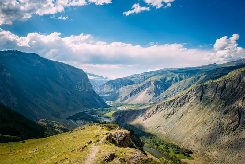 H?rligt naturlandskap, fantastisk bergsikt En favorit- scenisk fl?ck f?r passerandet f?r turistKatu-Yaryk berg, l?ge Altai arkivfoto