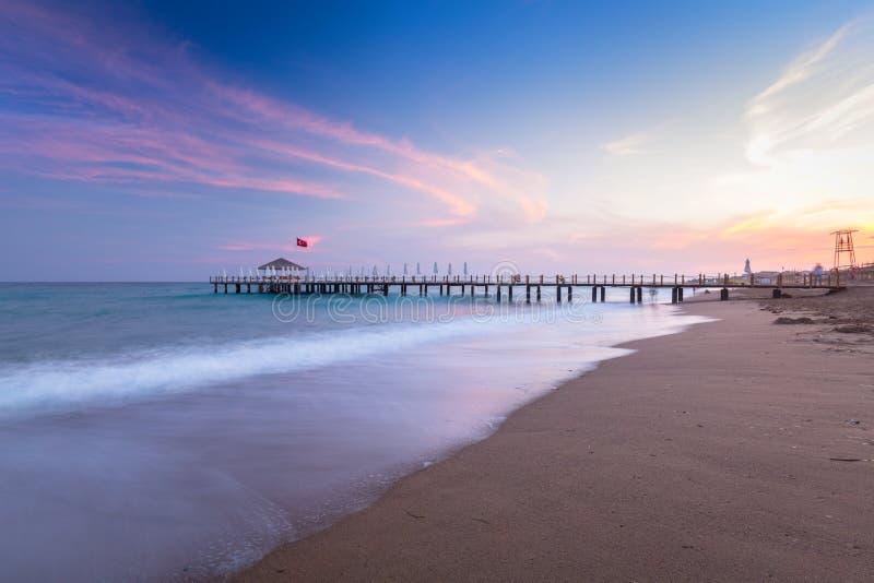 H?rligt strandlandskap p? turk Riviera p? solnedg?ngen, sida arkivbilder