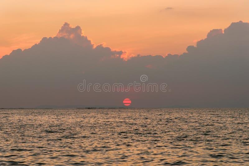 h?rligt ?ver havssolnedg?ng Naturligt landskap f?r bakgrund arkivbilder