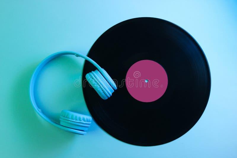 H?rlurar med vinylrekordet 80-tal royaltyfri bild