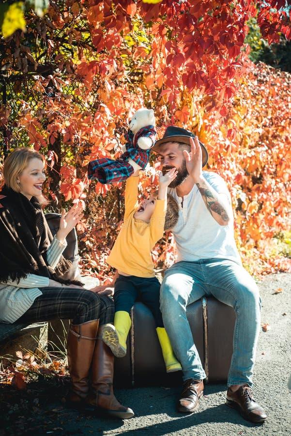 H?stfamilj Ung fader och moder som spelar med deras gulliga och lilla son Säsongen utanför med nedgångaktiviteter fotografering för bildbyråer
