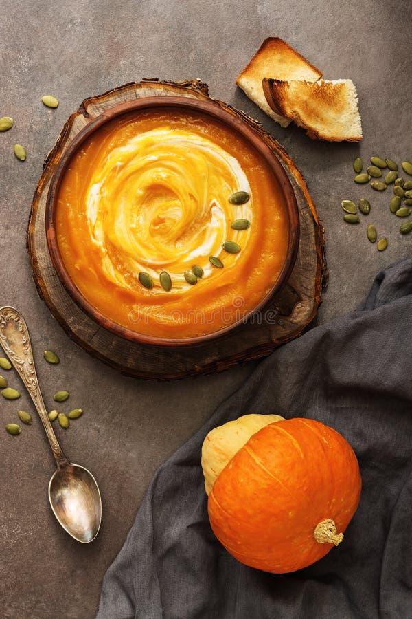 H?stsoppa Hemlagad kräm- pumpasoppa med frö och rostat bröd på en mörk lantlig bakgrund Vegetarian- och strikt vegetarianmat Sikt arkivfoton