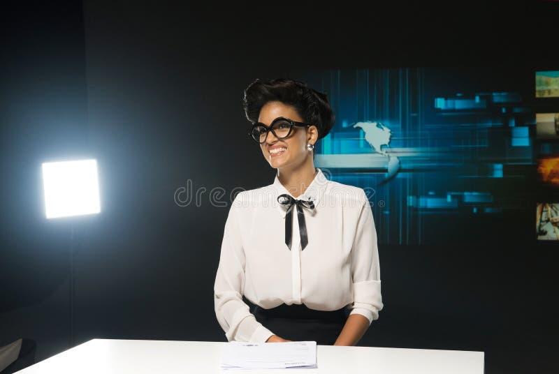 Hôte sexy de sourire de TV photo stock
