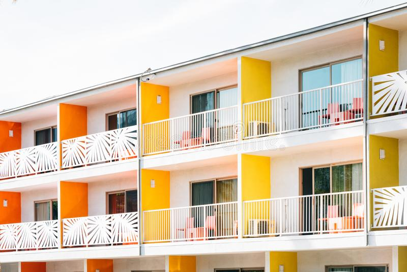 H?tel color? avec des balcons dans le Palm Springs, la Californie photo stock