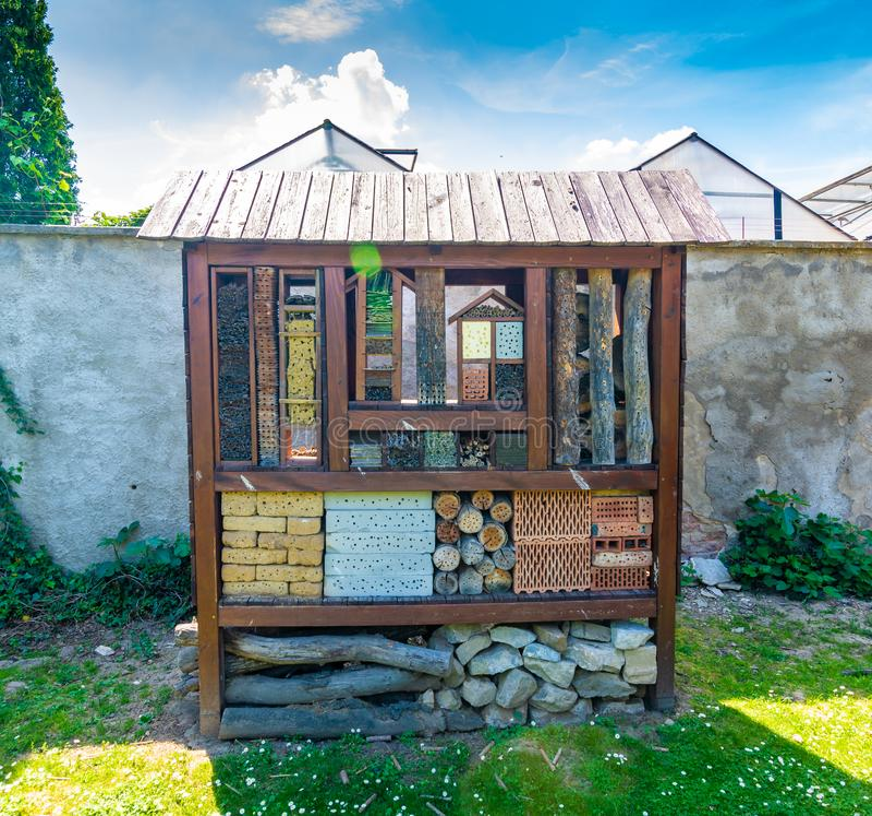 H?tel d'insecte Maison en bois pour l'insecte, insecte, abeilles Maison animale décorative, concept d'agriculture amicale écologi image stock