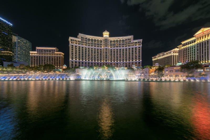 H?tel de Bellagio et casino et exposition de fontaine de Bellagio la nuit dans la bande de Las Vegas image stock