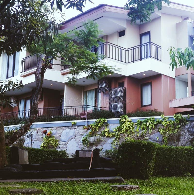 hôtel de grage et station thermale dans mon barat kuningan de jawa de village, Indonésie photos libres de droits