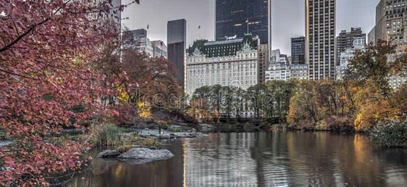 Hôtel de plaza en automne photo libre de droits