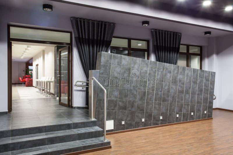 Hôtel de région boisée - escaliers et rampe photos libres de droits