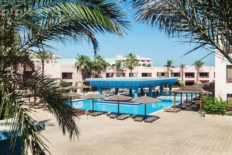 Hôtel de secteur avec la piscine et palmiers dans Hurghada Égypte photo stock