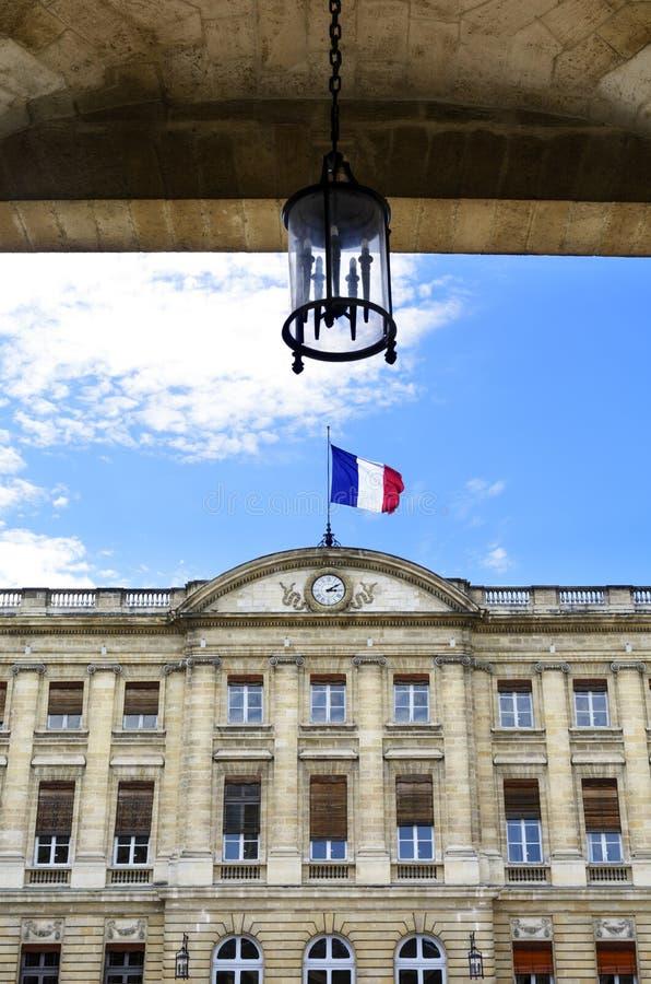 Hôtel de ville de Bordeaux avec le drapeau français, l'Aquitaine, France photo stock