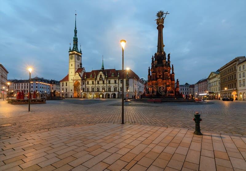 Hôtel de ville et colonne de trinité sainte à Olomouc, République Tchèque photographie stock libre de droits