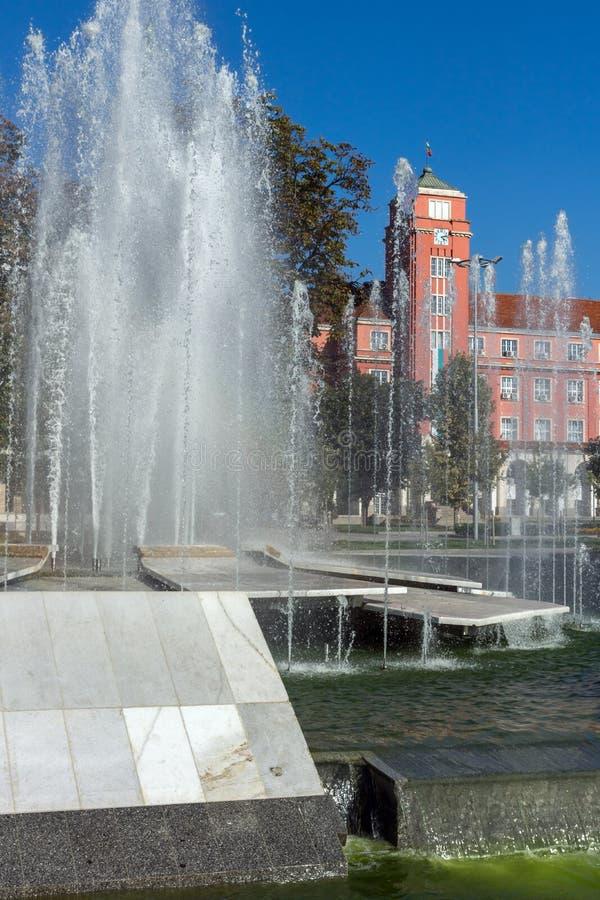 Hôtel de ville et fontaine au centre de Pleven, Bulgarie photographie stock libre de droits