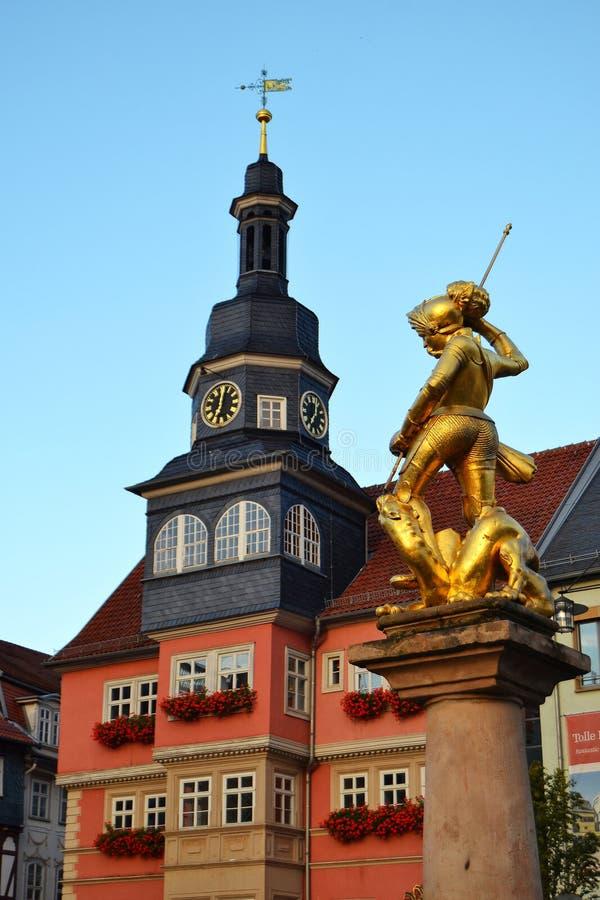 Hôtel de ville et statue de St George dans Eisenach photo stock