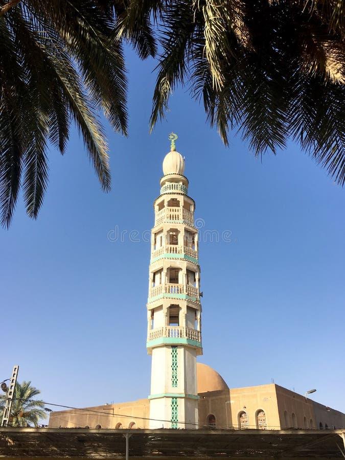 Hôtel Tassili Transat ex de petite ferme de mosquée dans Ouargla Algérie La mosquée a un minaret et un de severa photo libre de droits