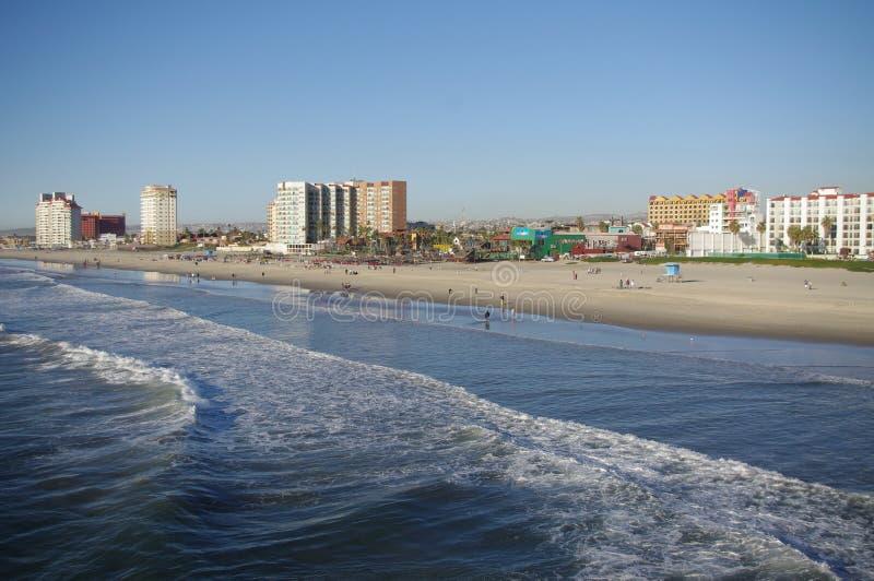 Hôtels ayant beaucoup d'étages de plage de Rosarito image stock