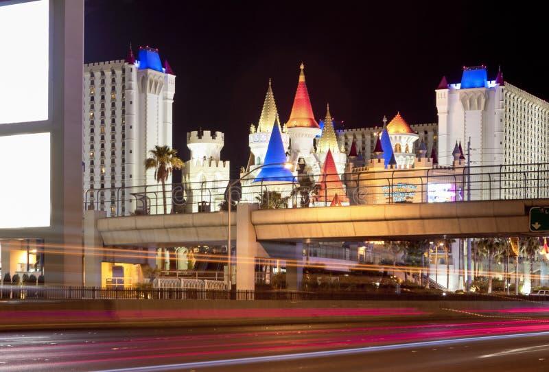 Hôtels de Las Vegas et rue principale de bande la nuit avec Tra brouillé images libres de droits