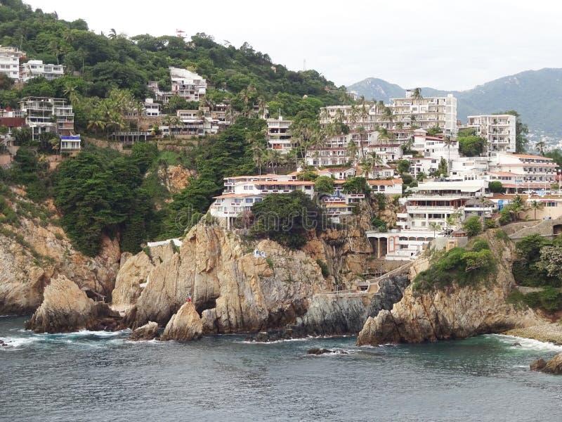 Hôtels et falaises d'Acapulco image libre de droits