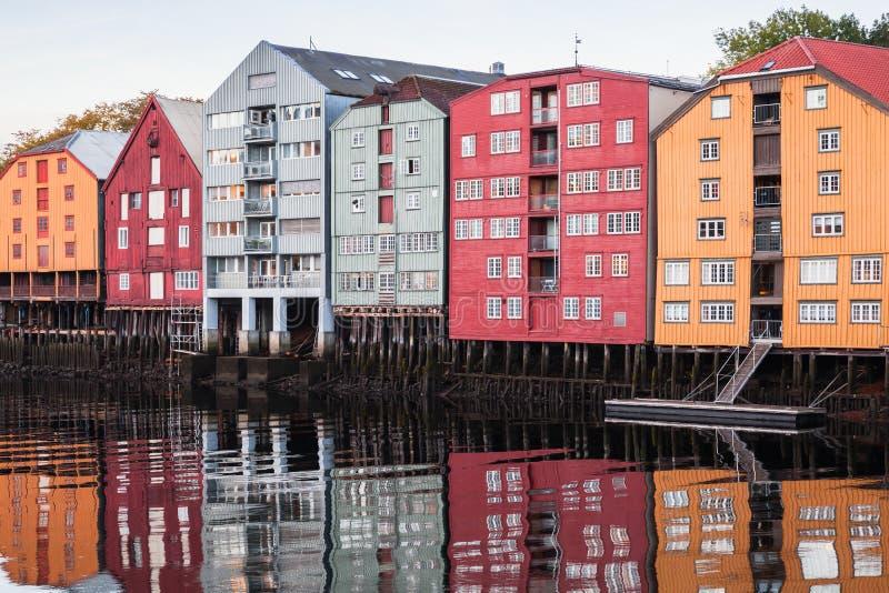 H?user auf Flussk?ste Trondheim, Norwegen lizenzfreie stockfotos