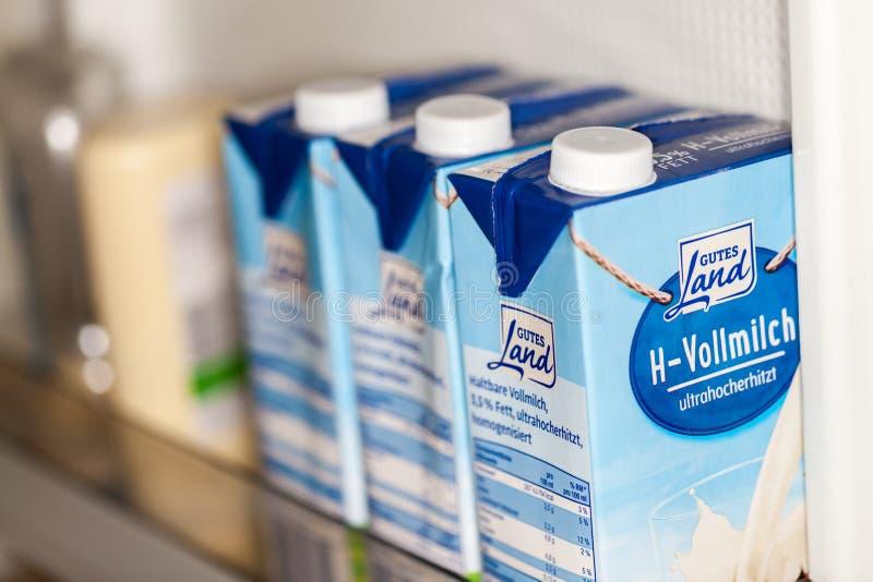 H - Vollmilch unskimmed melk van goede het landtribunes van het gutesland in een koelkast royalty-vrije stock fotografie