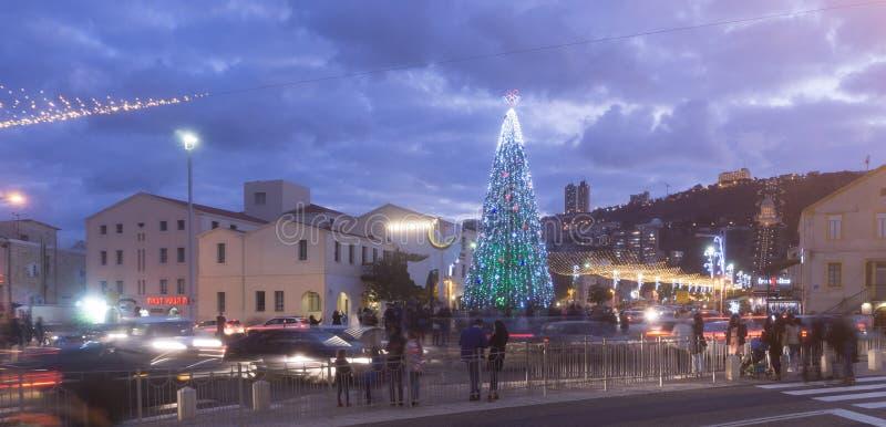 HAÏFA, ISRAËL - 10 DÉCEMBRE 2016 : La colonie allemande décorée des symboles des cultures pour les vacances d'hiver à Haïfa photo stock