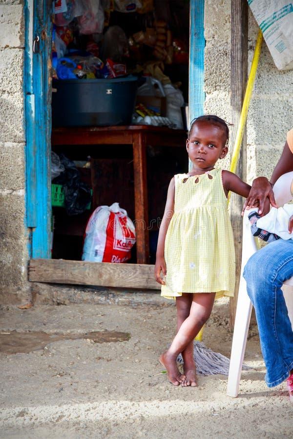 Haïtiaans meisje in vluchtelingskamp royalty-vrije stock fotografie