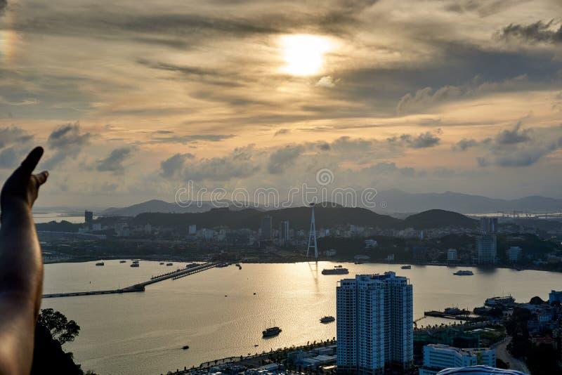Ha长海湾,越南- 2019年6月10日:指向在下龙湾,越南的美丽的景色的妇女 旅游景点 库存照片