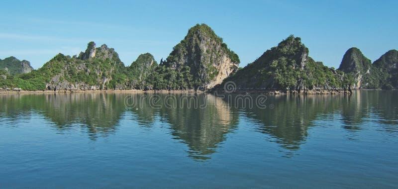 Download Ha长海湾,越南 库存照片. 图片 包括有 棚子, 晒裂, 小珠靠岸的, 蓝色, 岩石, 小船, 吠声, 越南语 - 22350898