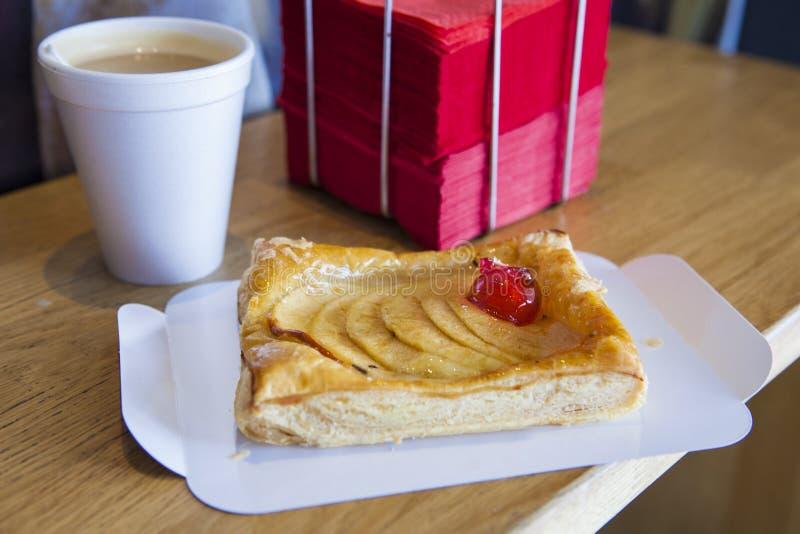 Ha äpplekakan på coffee shop Kaka med skivamagasinet, disposab fotografering för bildbyråer